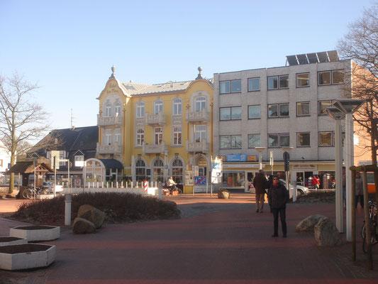 Der Dorfbrunnen, der Ortskern von Duhnen mit Restaurants und Einkaufsmöglichkeiten.