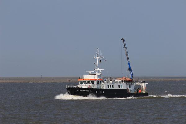 Eins der kleineren Behördenschiffe