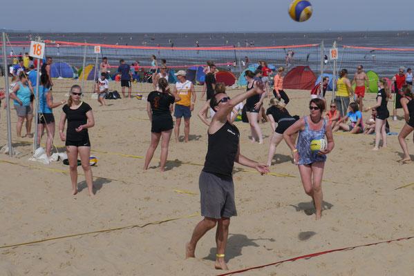 Mit Spas dabei, vie Hobbymanschaften beim Beachvolleyball