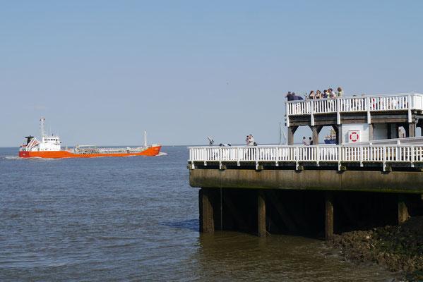 Dichre kann man nicht an den Schiffen sein als an der Alten Liebe von Cuxhaven
