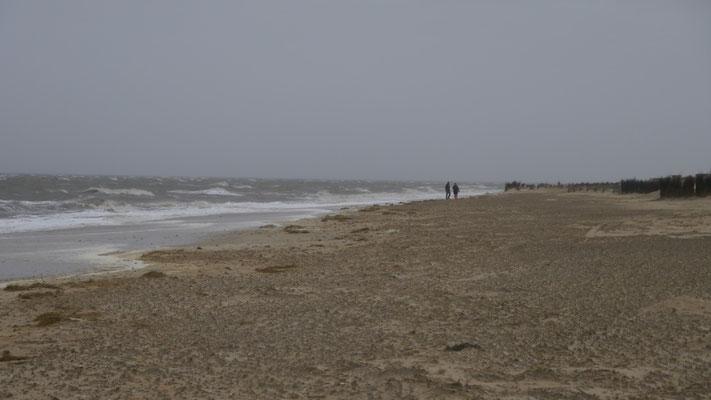 Bei schlechtem Wetter oder Sturm ist der Strand leer. Es gibt kaum Gäste die das Wetter genießen