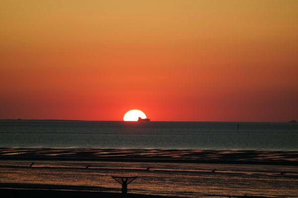 Der Sonnenuntergang vor dem Strandpalais Duhnen