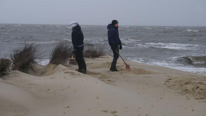 Kinder, auch bei dem Wetter mit einer Schaufel bewaffnet im Sand