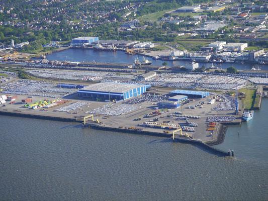 Autoumschlag im Hafen von Cuxhaven, Hier warten tausesnde von Neufahrzeugen auf ihre Verschiffung oder den Weitertransport innerhalb Deutschlands