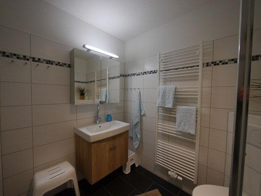 Das Badezimmen ist hell und bietet viel Platz für Ihre Sachen