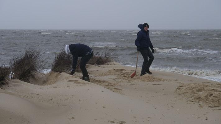 Auch Kiner stört das Wetter am Strand von Cuxhaven Duhnen nicht