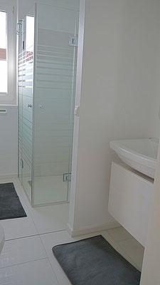 Die ebenerdige Dusche in der Ferienwohnung Küstentraum.