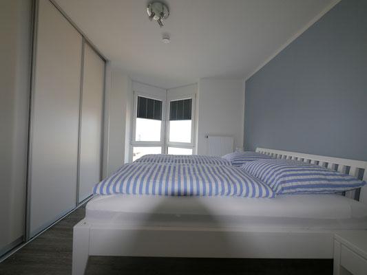 Das neue Schlafzimmer mit einem großzügigen Einbauschrank und tollem Meerblick!