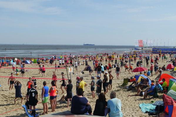 Beachvolleyball in Duhnen findet vor einer einzigartigen Kullise statt.