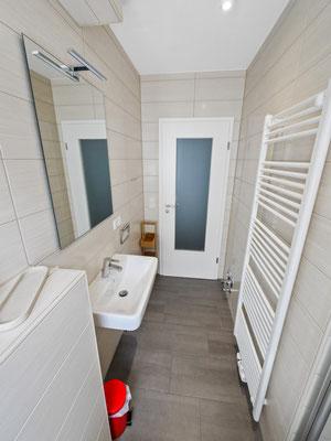Das Badezimmer verfügt über einen Handtuchhalter