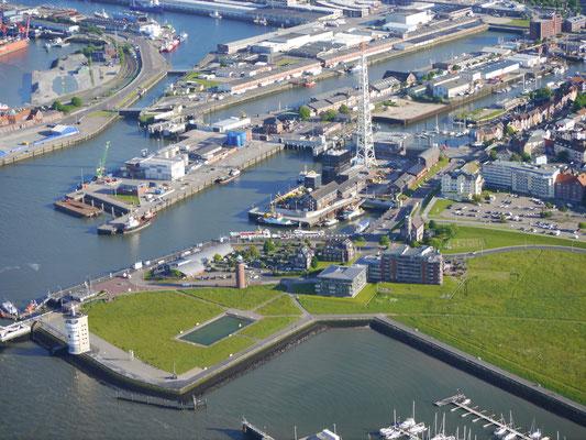 Der Hafen von Cuxhaven mit dem Modellbaubecken, dem Radarturm Cuxhaven, dem WSA und dem neuen und alten Fischreihafen.