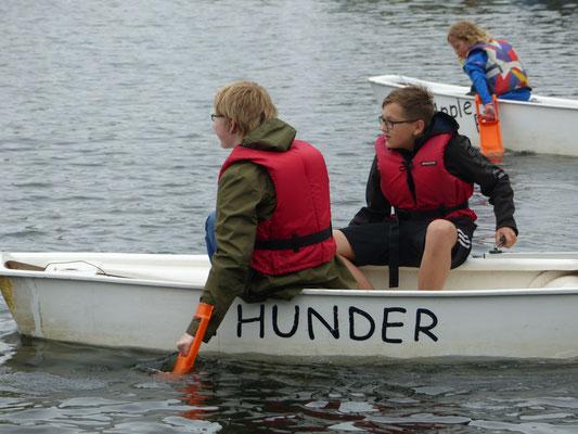 2 Schüler während Gleichewichtsübungen im Boot ohne Segel