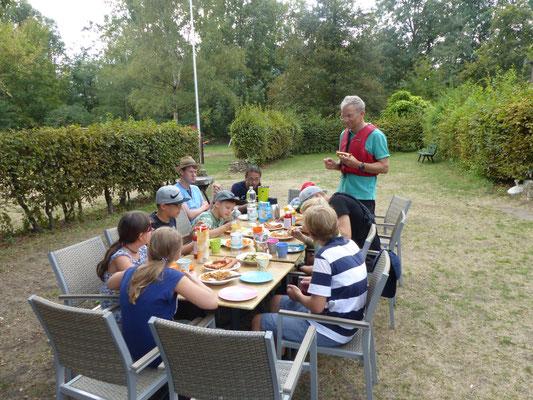 gemeinsame Mahlzeiten halten die Gruppe bei Laune :-)