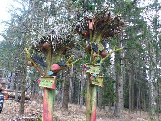 Lustige Wegweiser im Wald zum Ausflugslokal