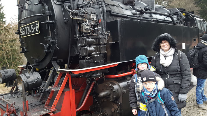 EIn Gruppe aus Kindern vor der Lok der Harzquerbahn