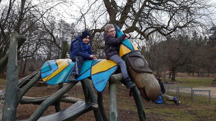 2 Jungen klettern auf dem Kletterngerüst am Ausflugslokal