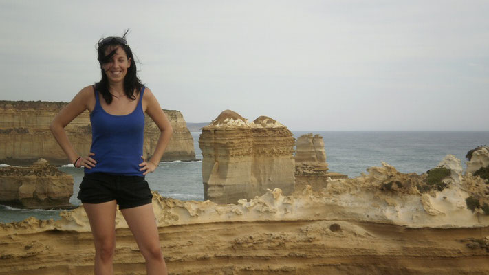 Irene (25) and the 12 Apostels at Great Ocean Road near Melbourne, Australia