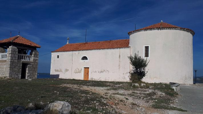 Kirche auf dem Berg. Traumhafte Aussicht auf das Meer von hier