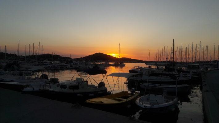 Sonnenuntergang im Hafen Murters