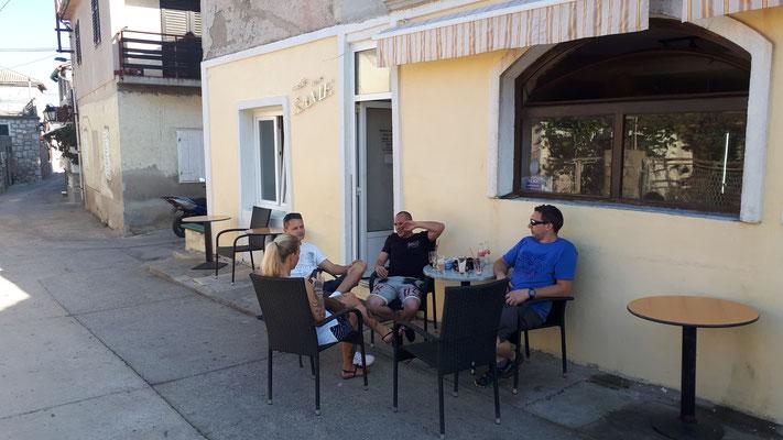 Mit Freunden in der Caffe Bar Same