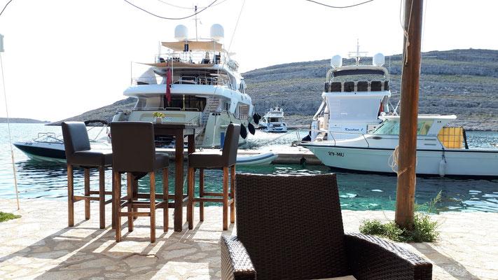 Große Yachten in Opat