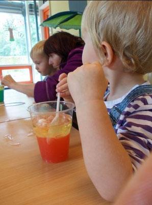 Lavalampe: Zwei Flüssigkeiten, die sich nicht mischen und viele Blasen
