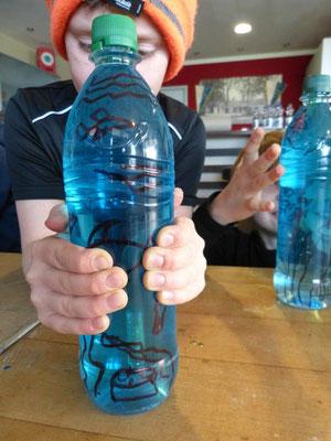 Kartesischer Taucher: Unser Taucher erforscht den Meeresboden und findet eine Schatzkiste