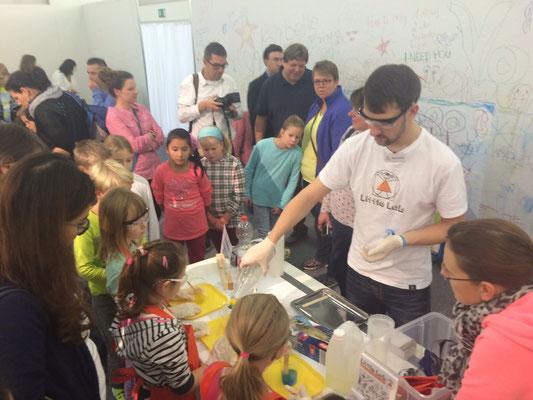 Experimente mit Kunststoffen auf der FORSCHA-Messe 2015