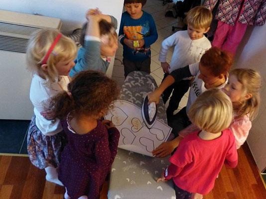Kindergeburtstage in München und Umgebung: Dank Geheimschrift wissen wir, wer als nächster sein Geschenk übergeben darf