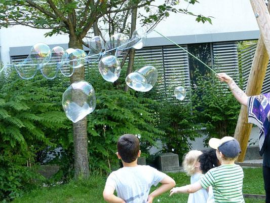 Experimente im Freien: Seifenblasen für alle!