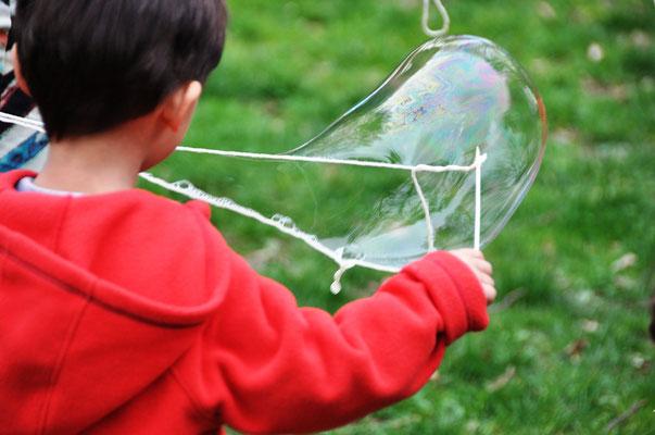Seifenblasen: Mit etwas Anleitung schaffen auch 3-Jährige eine ziemlich große Blasen zu ziehen