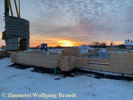 Bauen im Winter - Holzhaus in massiver Blockbauweise wird in der Nähe von Nürnberg gebaut