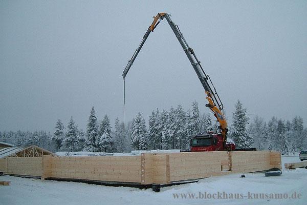 Blockhaus - Blockhausbau in Finnland bei unter minus 20°C in Finnland - Montage mit Kran