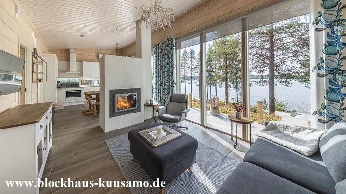 Wohnzimmer mit Panoramafenster im Blockhaus