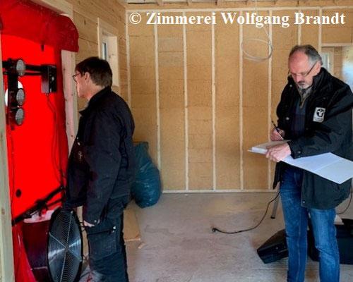 Finnische Holzhäuser in massiver Blockbauweis - Blockhausbau - Wohnblockhaus - Blower Door Test - Testverfahren - Holzbau - Ökologisches Bauen