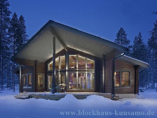 Wohnblockhaus im Winter - Holzhaus in echter Blockbauweise