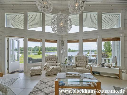 Wohnzimmer mit Kamin im Blockhaus  -  Wohnblockhaus, Bauen, Holzhäuser, Hausbau, Wohnhaus, Planung, Einfamilienhaus, Architekt