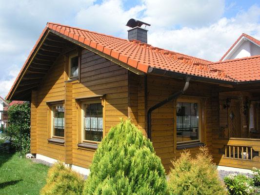 Blockhaus Bungalow im Sommer - Barrierefreiheit - Einfamilienhaus - Energiesparhaus - Niedrigenergiehaus