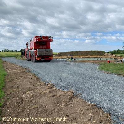 Baustrasse zu der Blockhaus Baustelle - Der Autokran steht bereits optimal direkt neben dem Fundament - Erlangen  - Franken  - Oberfranken