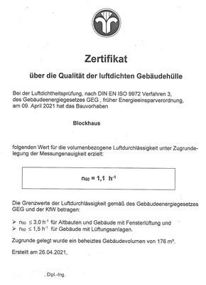 Holzhaus in Blockbauweise - Blockhaus als Wohnhaus - Massivholzhaus - Zertifikat - Blower Door Messung - Luftdichtheitsprüfung - Einfamilienhaus