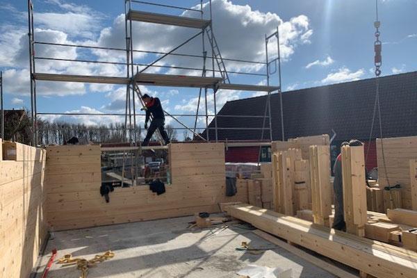 Das Fundament war rechtzeitig fertig  und die Blockhaus-Bausatz-Lieferung aus Finnland war pünktlich da