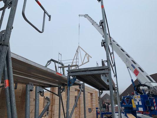 Holzhaus in massiver Blockbauweise - Am dritten Tag wurde die Dachkonstruktion montiert - Blockhausbau in Niedersachsen  - Eschershausen - Stadtoldendorf