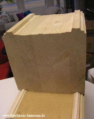 Luftdichte Wandkonstruktion mit den 275 mm dicken Lammellenbalken aus Kiefernholz - Das Bauen eines Wohnblockhauses als Nullenergiehaus ist mit einer intelligenten Planung und Haustechnik möglich - Hausbau - Holzbau in Deutschland