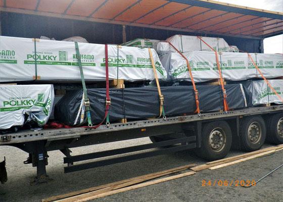Der Blockhaus-Holzbausatz ist fertig geladen und fachmännisch abgesichert. Die Reise kann beginnen.  Spedition - Transport - Verkehrssicherheit  - Holzbausatz - Laden auf der Werksgelände in Finnland