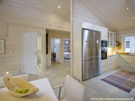 Geräumige Wohnküche im Holzhaus in ökologischem Blockhaus