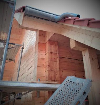 Finnisches Holzhaus in Deutschland - Dach - Dachrinnen - Massivholzhaus - Blockbohlenhaus - Dacheindeckung - Dachboden - Holzhäuser in echter Blockbauweise - Eckverkämmung - Kreuzeck - Wandkonstruktion - Kniestock - Giebel - Massivholzhaus - Wohnhaus