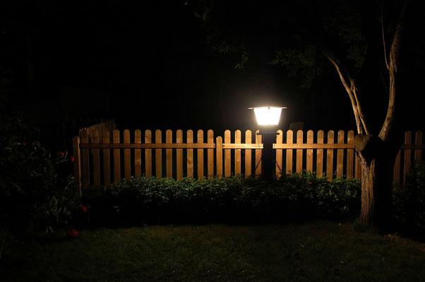 Licht im Garten bei Nacht