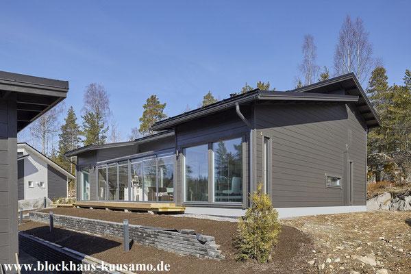 Blockhaus in Anthrazit - Einfamilienhaus - Massivholzhaus mit Pultdach - Pultdachhäuser - Barrierefreie Blockhäuser - Barrierefreiheit - Bungalow - Musterhaus aus Katalog