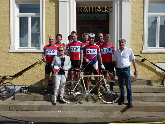 Verdener Radsportler vor ihrem Start zur Fahrt nach Saumur zum 50-jährigen Jubiläum der Städtepartnerschaft