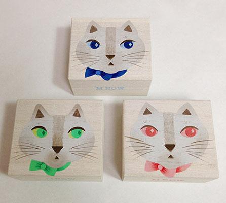 これはコラボレーション用の箱です。 中にLiLi et LuLuさんの可愛いブレスレットが入ります。猫の瞳の色とブレスレットの石の色が同じです。(写真がなくてスミマセン…)